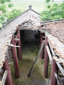 """Mái của chùa Linh Tiên bị """"thông thiên"""" mà chẳng ai quan tâm"""