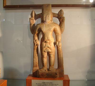 Tượng thần Visnu bằng đá, thế kỷ 7