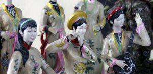 Những mặt hàng thủ công mỹ nghệ được sản xuất từ hai đầu đất nước và tận Trung Quốc đang bày bán ở Huế.