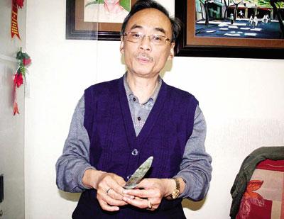 Ông Đào Phan Long và chiếc dao đồng mục từ thời kỳ văn hóa Đông Sơn (Ảnh: TG).