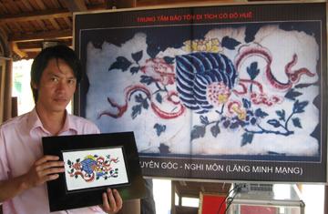 Pháp lam mới được anh Triết và cộng sự làm ra dựa trên nguyên gốc pháp lam cũ ở lăng Minh Mạng. Ảnh: NGUYÊN LINH