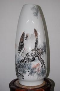 Bình vẽ đại bàng kiểu dáng và vẽ trang trí do nghệ nhân Cảnh Đức trấn thực hiện.
