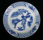 Chinese blue and white plate, Kangxi(1662-1722) de Ref: P321 Chinese blue and white plate, Kangxi(1662-1722) decorated two ladies in a garden; six charater Chenghua mark to the reverse diameter: 8.1/4 in; 21 cm.; condition: very small rim chips