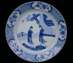 Chinese blue and white plate, Kangxi(1662-1722) de Ref: P323 Chinese blue and white plate, Kangxi(1662-1722) decorated two ladies in a garden; diameter: 8.1/4 in; 21 cm.; condition: small firing marks