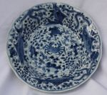 Chinese blue and white plate, Kangxi (1662-1722),  Ref: R217 Chinese blue and white plate, Kangxi (1662-1722), decorated with a crab, carp and starfish against a background of seaweed and foliage, diameter: 22cm. 8 5/8in. Condition: star crack to base