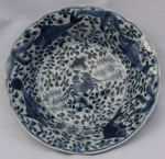 Chinese blue and white plate, Kangxi (1662-1722),  Ref: R219 Chinese blue and white plate, Kangxi (1662-1722), decorated with a crab, carp and starfish against a background of seaweed and foliage, diameter: 22cm. 8 5/8in. Condition: star crack to base