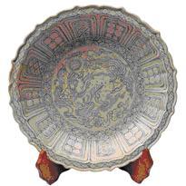 Đĩa cánh sen với hoạ tiết được bố cục chặt chẽ, hài hoà nổi bật hình ảnh lân cách điệu trong lòng đĩa